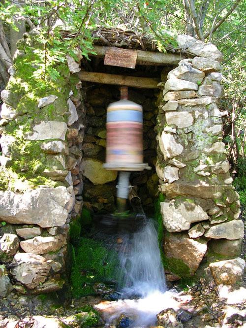 moulin-a-priere-bouddhiste-a-eau
